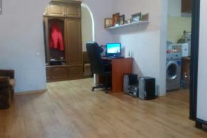 Продам трехкомнатную квартиру на Тополе 1